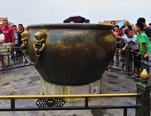 Touching the urn for luck! Forbidden City, Photo by cjverb (2017)