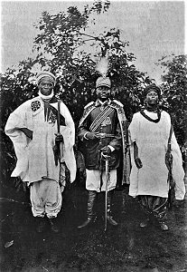 Fon Njoya (center) (c1907) Photo by Martin Göhring, WikiMedia Commons