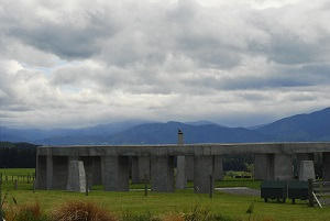 Stonehenge Aotearoa, Photo by Jackol (2007), Wikimedia Commons