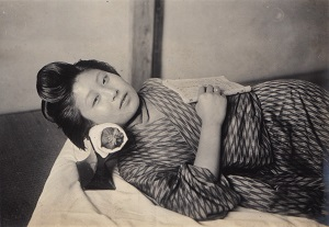 Japanese Headrest (1914) Photo by Elstner Hilton, Wikimedia Commons